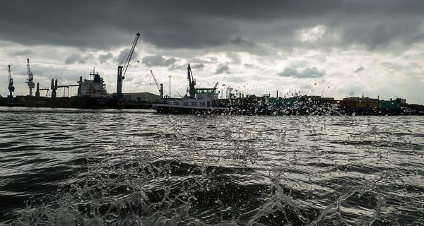 Auf der Elbe ein Binnenschiff in Hamburg