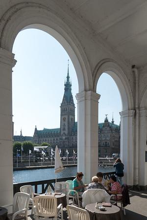 Alsterarkaden Hamburg mit Rathaus