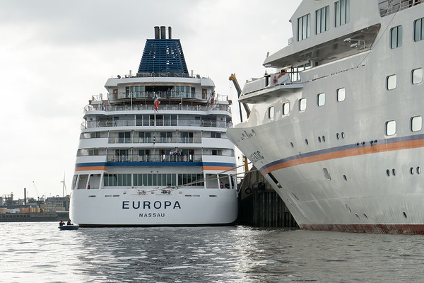 Kreuzfahrtschiffe Hanseatic und Europa von Hapag Lloyd Kreuzfahrtterminal grasbrookhafen HafenCity Hamburg