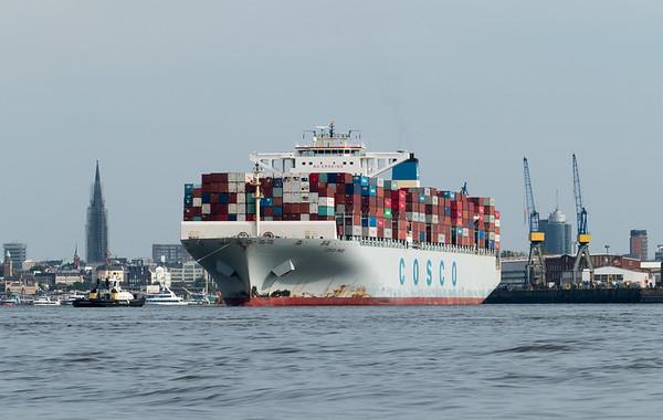 Containerschiff kommt aus dem vorHafen im Hamburger Hafen mit Schlepper Peter