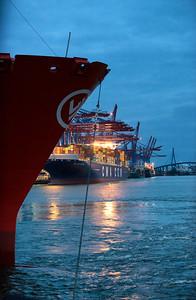 Containerschiff dreht im Parkhafen Hamburg Waltershofer Hafen