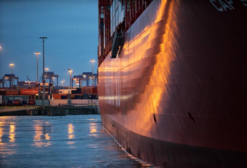 Containerschiff Hamburg Süd dreht im Parkhafen Hamburger Hafen