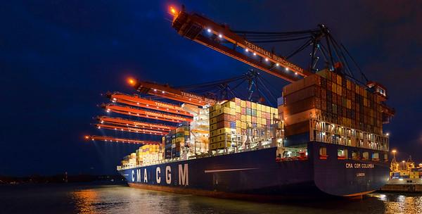 Containerschiff im Hamburger Hafen am Burchardkai bei Nacht