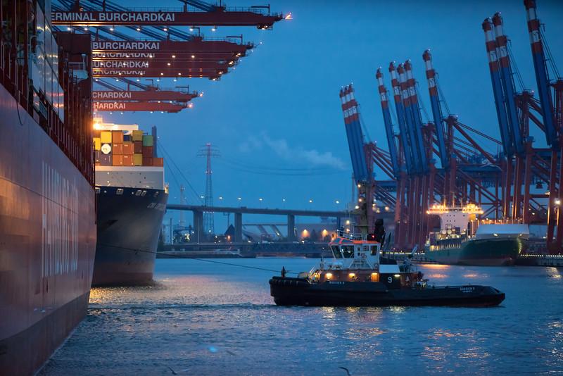 Containerschiff beim Anlegen im Waltershofer Hafen mit BUGSIER 9