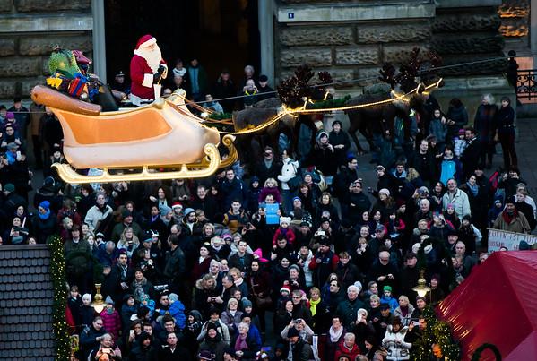 Fliegender Weihnachtsmann vor dem Hamburger Rathaus Weihnachtsmarkt