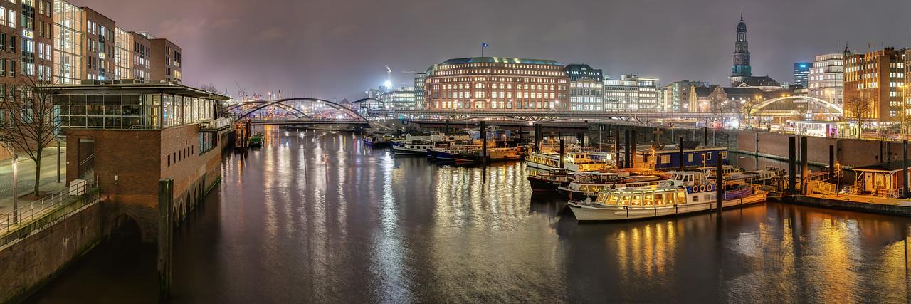Hamburg Binnenhafen bei Nacht mit Barkassen und Michel