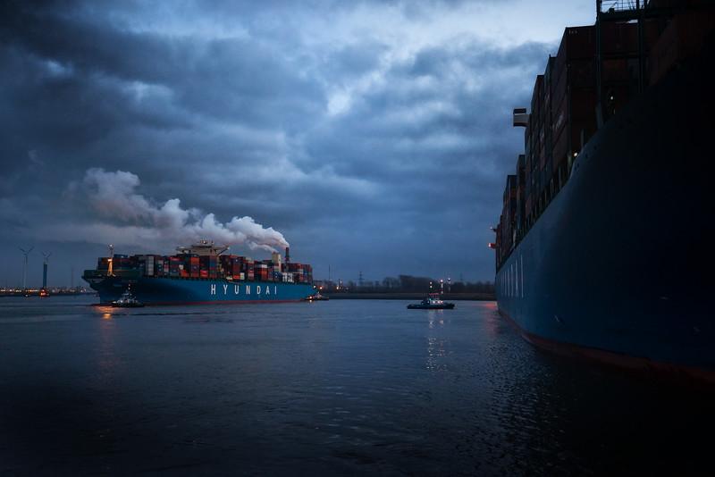 Containerschiff Hyundai beim Drehen im Hamburger Hafen vor dem Containerterminal Altenwerder