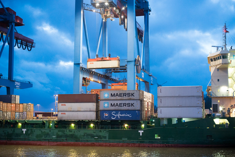Feeder Containerschiff mit Containerbrücke am Containerterminal Altenwerder im Hamburger Hafen