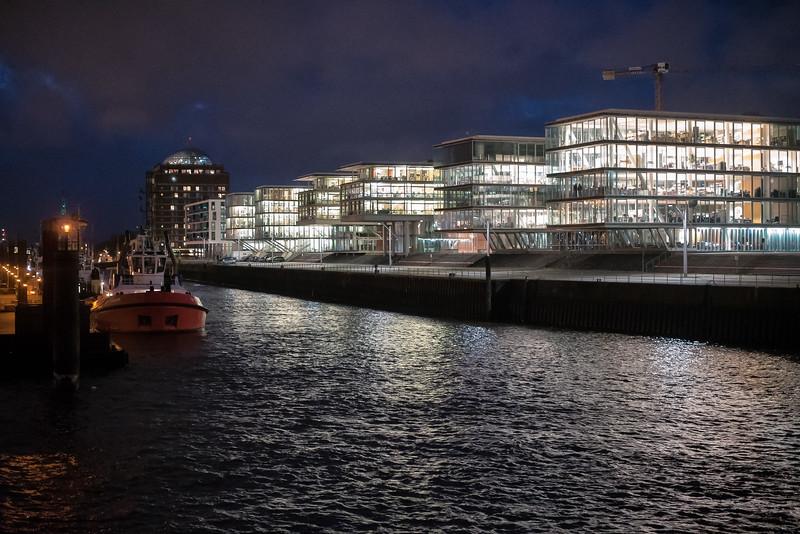 Bürogebäude Neumühlen im Hamburger Hafen am Abend
