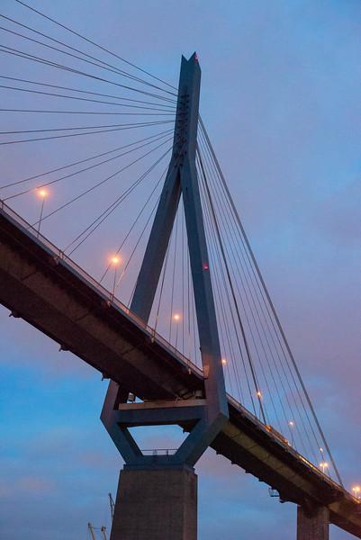 Köhlbrandbrücke Pylon am Abend im Hamburger Hafen
