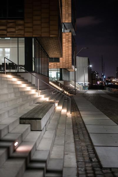 Bürogebäude in Neumühlen Hamburg am Abend