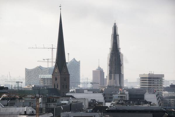 Hamburg Innenstadt Skyline mit Elbephilharmonie und Kirchtürmen am Tag