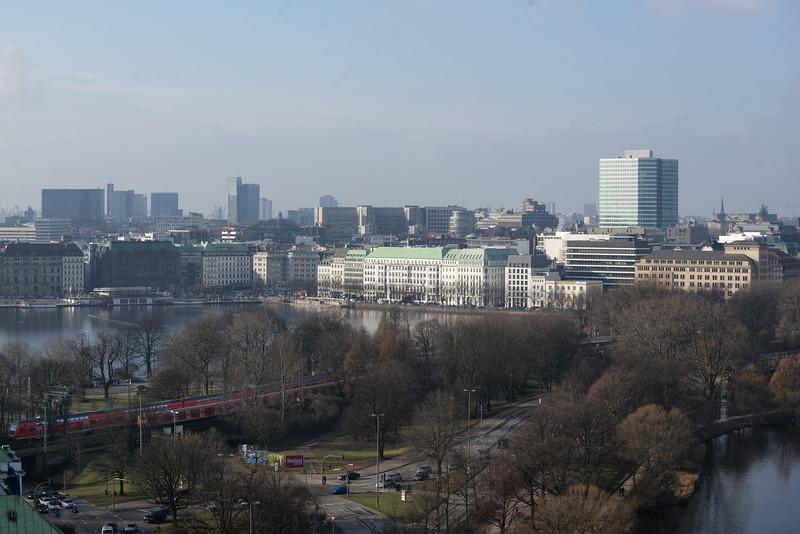 Binnenalster mit Hotel 4 Jahreszeiten und kenne die Brücke Hamburg am Tag