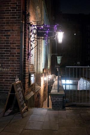 Eingang zu einer Gaststätte in Hamburg in der Nacht