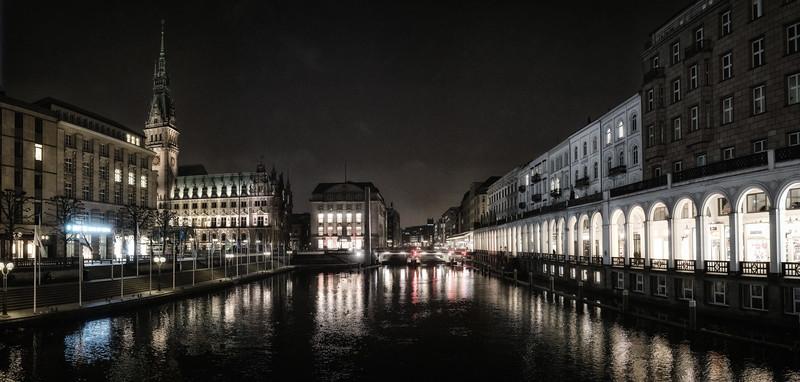 Kleine Alster mit Rathaus und Arkaden in der Nacht