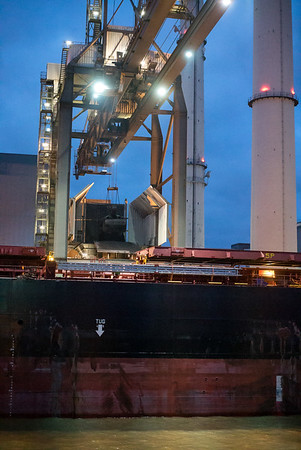 Heizkraftwerk Wedel mit Kohlekran bei der Entladung