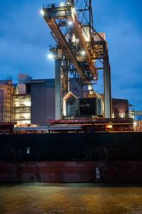 Heizkraftwerk Wedel beim löschen von Kohle aus dem Schiffsbauch