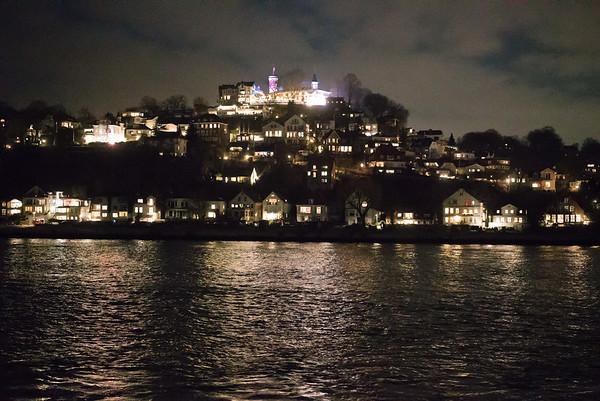 Hamburg Blankenese Blick von der Elbe bei Nacht