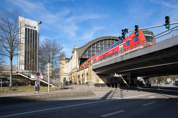 Hamburg Dammtor mit Zug und Radisson Hotel