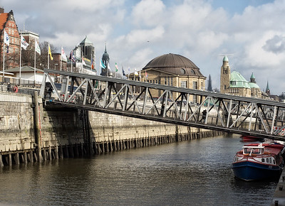 Hamburg Landungsbrücken mit Barkassen bei Tag