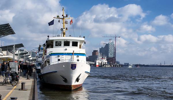 Hafenrundfahrt Rundfahrer Landungsbrücken mit Elbephilharmonie Hamburg