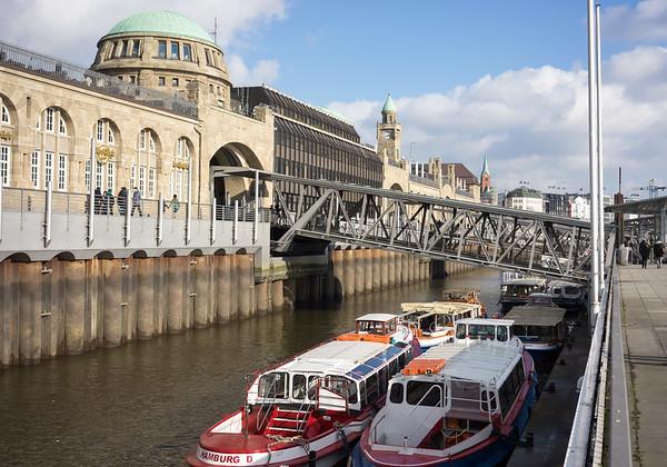 Barkassen St. Pauli Landungsbrücken in Hamburg