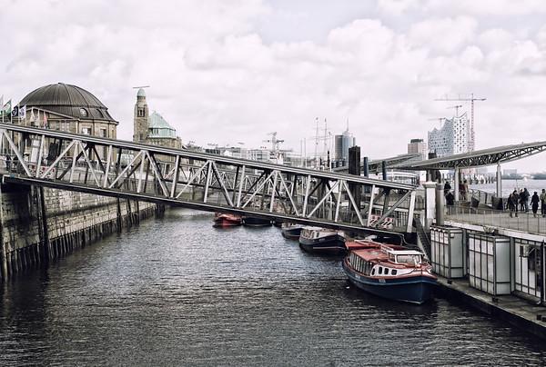 Hamburg Landungsbrücken mit Barkassen und Elbephilharmonie bei Tag