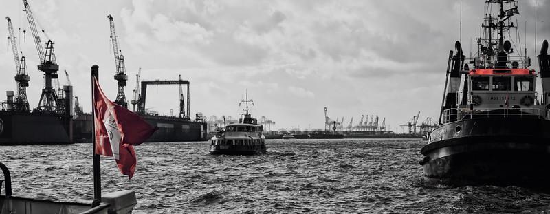 Elbe mit Blohm und Voss in Hamburg Schlepper und Hamburg Flagge