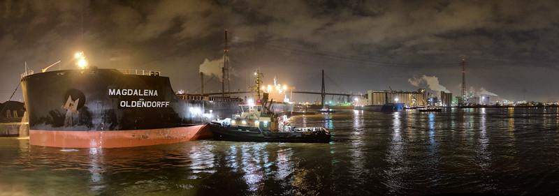 Massengutfrachter legt im Hamburger Hafen Hansaport an