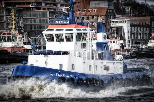Hafenschlepper FairPlay 6 vor der Schlepperbrücke auf der Elbe in Hamburg