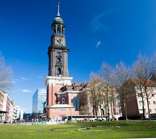 St. Michaelis Hauptkirche mit Olympia Zeichen in der Wiese gemacht aus Stiefmütterchen Hamburg