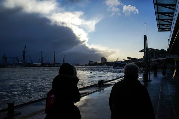 Hamburg Sankt Pauli Landungsbrücken eine Schauerfront zieht auf