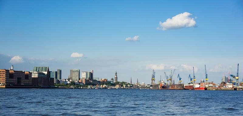 Elbe mit Blick auf Blohm und Voss und Landungsbrücken Hamburg