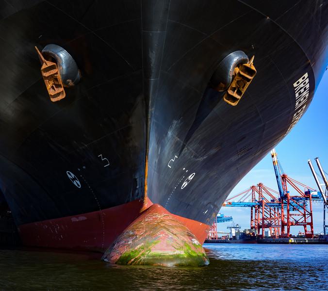 Schiffsbug im Hamburger Hafen