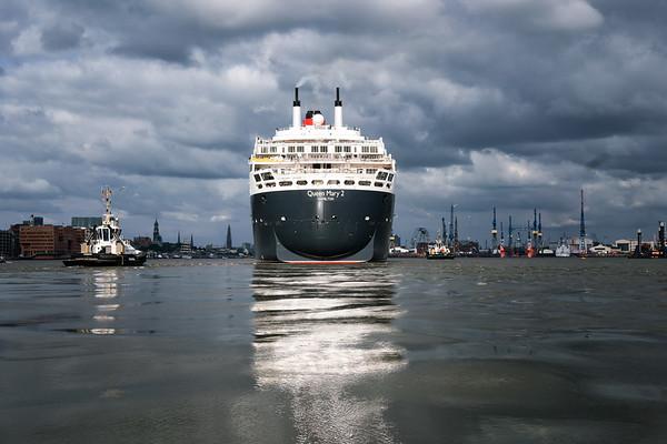 Hamburg Queen Mary 2 auf der Elbe von Achtern