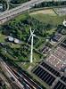 Windkraftanlage neben der Autobahn A7 in Hamburg