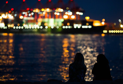 2012-06-30 22:50 | Menschen in Oevelgönne mit Blick auf den Athabaskakai am Abend | Hafen, Motive | Bild Nr.: 20120630-AVHH0916-m-Andreas-Vallbracht