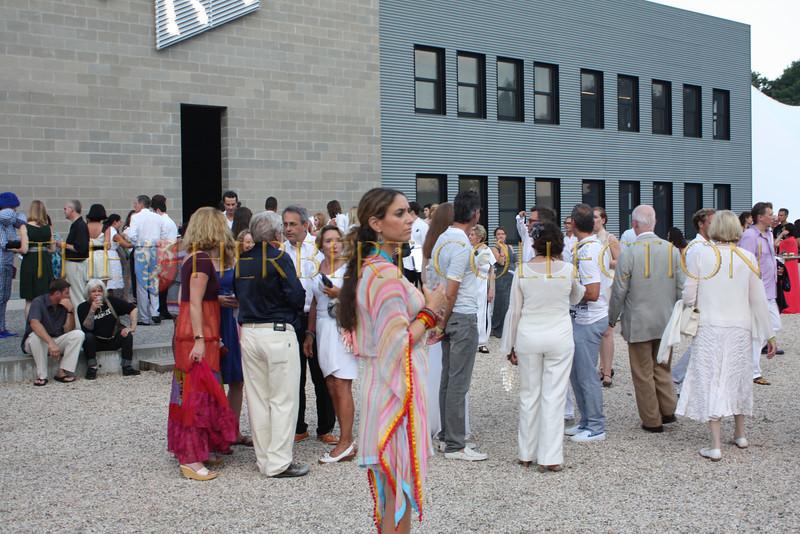 Robert Wilson's guests enjoy cocktails