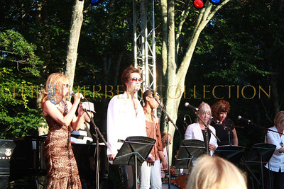 Kilie Minogue and Rufus Wainright perform
