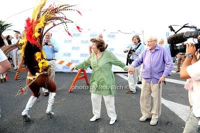Anne Jackson and Eli Wallach take in the Brasilian dancers