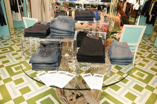 Tory Burch store in East Hampton<br /> photo by Rob Rich © 2010 robwayne1@aol.com 516-676-3939