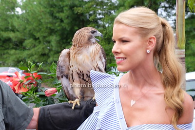 Beth Stern with a Red Tailed Hawk photo by Rob Rich/SocietyAllure.com ©2017 robrich101@gmail.com 516-676-3939