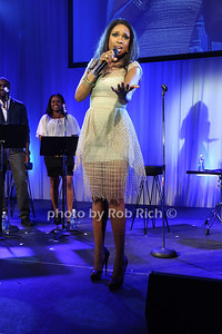 Jennifer Hudson performs at  the Art for Life benefit at the home of Russell Simmons (July 30, 2011)