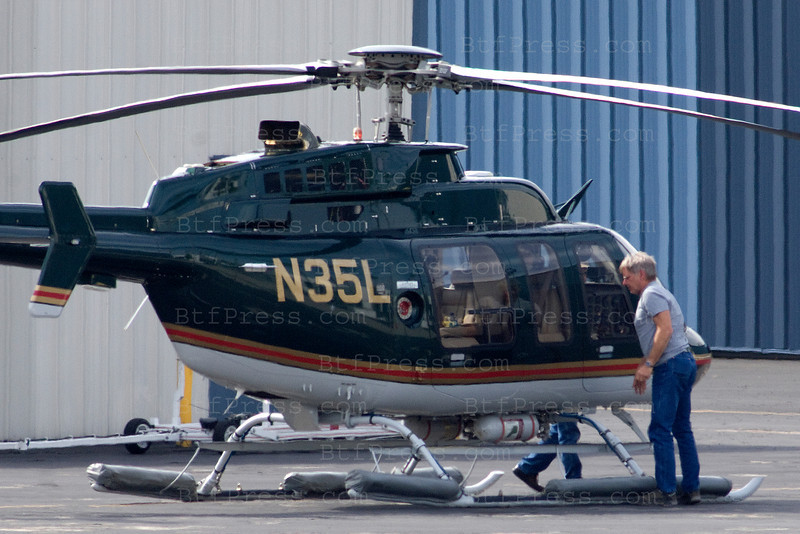 EXCLUSIF---- Harris Ford pilot his helicopter in Santa Monica.