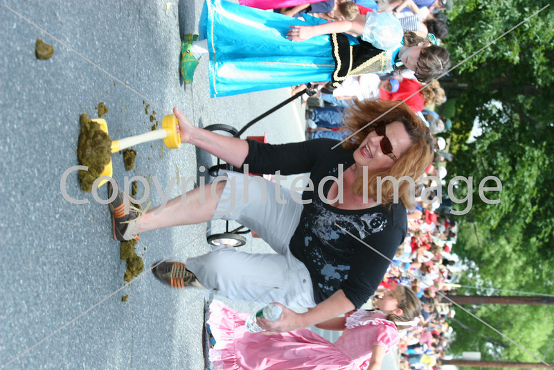 Dawn French picks up after the horses in the Fourth of July parade. (Photo by Lisa Aciukewicz)