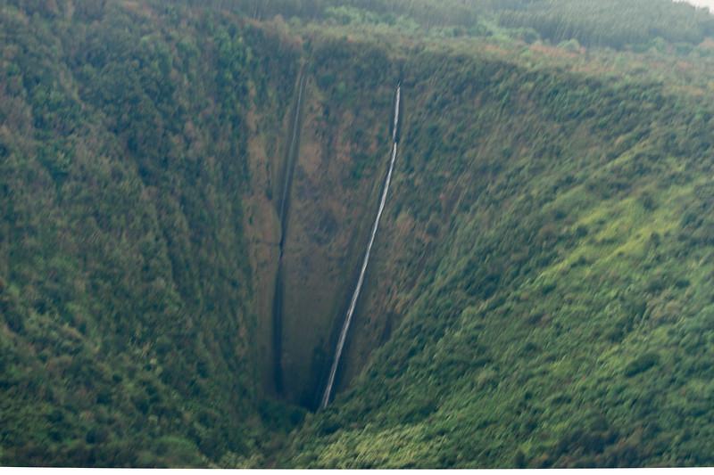 Waihilau Falls ( 2,600 feet ) in the Waimanu Valley