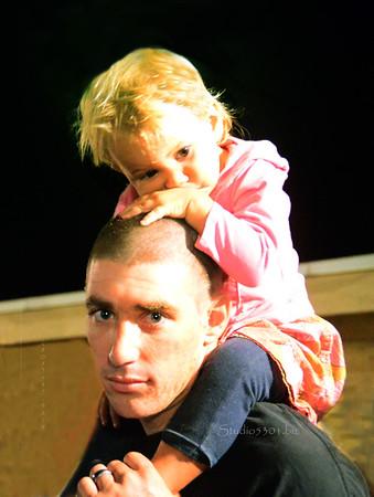girl on Fathers shoulder BonDance 072311 487