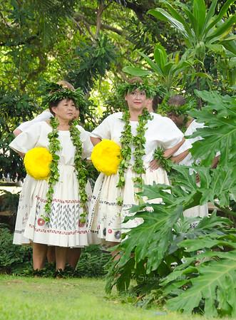 Hula older ladies white yellow 1661