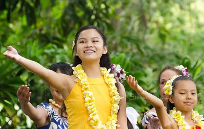 Hula girls  yellow arm up 1564