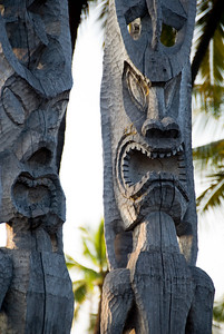 Two large tiki idols at Pu'uhonua O Honaunau National Historic Park (City of Refuge)